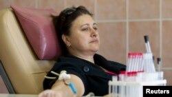 Донор сдает кровь в одном из центров крови. Иллюстративное фото.