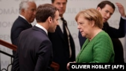 Fransa prezidenti Emmanuel Macron (solda) və Almaniya kansleri Angela Merkel Rumıniyada Aİ ölkə başçılarının sammitində