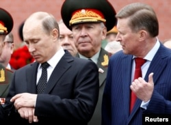برخی از افرادی که در فهرست اوپوزیسیون روسیه هستند قبلا توسط آمریکا تحریم شدهاند، مانند سرگئی ایوانف، وزیر دفاع سابق (در تصویر در سمت راست) یا ژنرال ایگور سرگون، رئیس سازمان اطلاعات نظامی، که از نزدیکان پوتین هستند.