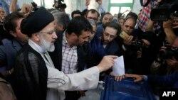 Голосует кандидат в президенты Ирана Эбрахим Раиси. 19 мая 2017 года.