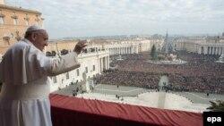 Папа римский Франциск приветствует верующих в Ватикане.