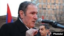 Opposition leader Levon Ter-Petrossian addresses supporters rallying in Yerevan
