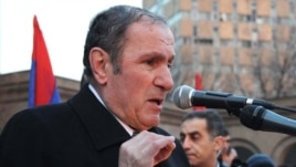 Opposition leader Levon Ter-Petrossian addresses supporters rallying in Yerevan