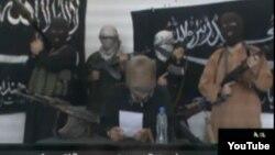 «Халифат сарбаздары» деген атпен Youtube сайтына жарияланған видеодан скрин-шот. Олар Қазақстан үкіметіне қарсы мәлімдеме жасап тұр.