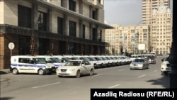 Ադրբեջան - Ոստիկանական մեքենաները Բաքվի ծանր հանցագործությունները քննող դատարանի շենքի առաջ, 25-ը հունվարի, 2017թ.