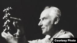 Фрэнсис Крик (Dr. Francis Harry Compton Crick) с моделью ДНК. Именно после открытия структуры ДНК в середине XX века сложилась теория эволюции, которая сегодня уже не устраивает ученых