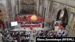 Собрание проходило в соборном храме святого Пантелеймона и началось с выноса Евангелия на абхазском языке, изданного в 1912 году