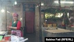 O bucătăreasă uigură la Hami