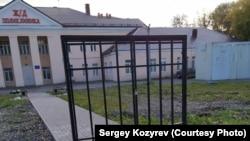 Ворота около больницы в Череповце