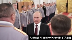 Ресей президенті Владимир Путин (ортада) бір топ әскери қызметкерге жоғары шен тапсырып, марапаттап тұр. Кремль, Мәскеу, 26 қазан 2017 жыл.