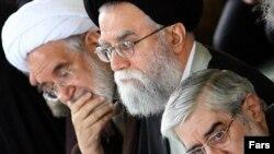 میر حسین موسوی (راست) و مهدی کروبی (نفر آخر) از رهبران جنبش اعتراضی در ایران