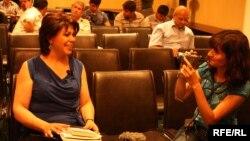 """Reyhan Yusifqızı (solda) və Azadlıq Radiosunun müxbiri Vüsalə Əlibəyli """"Ədəbi Azadlıq-2010"""" Müsabiqəsinin mükafatlandırma mərasimində"""