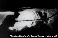 """Донбасский шахтер в забое. Кадр из фильма Дзиги Вертова """"Энтузиазм: Симония Дондасса"""", 1930 год"""