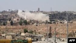 Дым над зданием в Алеппо.