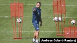 Trener Bayern Municha Hans-Dieter Flick tokom treninga 24. aprila, u vrijeme pandemije u Minhenu