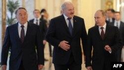 Солдан оңға: Қазақстан, Беларусь және Ресей президенттері Нұрсұлтан Назарбаев, Александр Лукашенко, Владимир Путин. Минск, 24 қазан 2013 жыл.