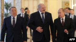 Belarus - (From R) Russia's President Vladimir Putin, Belarus President Alexander Lukashenko and Kazakh President Nursultan Nazarbayev walk in Lukashenko's residence, Minsk, October 24, 2013