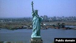 Люди в Нью-Йорке не стесняются жить и быть самими собой. Ведь именно они делают этот город неповторимым! Дело ведь не в Статуе свободы (скукотища!) или всеми воспетой Уолл-Стрит (это ведь всего-то одна маленькая улочка)