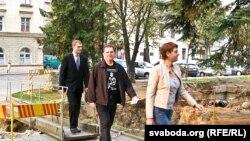Усуд накіроўваюцца Анжаліка Арэхва, Андрэй Пачобут (пасярэдзіне) іадвакат Аляксандар Бірылаў.