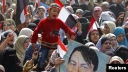 Участники антиправительственных демонстраций не церемонились с портретами Мубарака