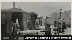 Pandemija se nije dogodila od 1918. godine i vremena španske groznice. Na slici ekipe Crvenog krsta u Sent Luisu (SAD) oktobra 1918.