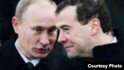 """Эрик Альбрехттің """"Путин және оның президенті. Медведев кезіндегі Ресей"""" кітабының мұқабасынан алынған сурет."""