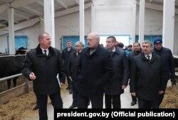 Аляксандар Лукашэнка наведвае кароўнік комплексу «Сьліжы», 26 красавіка