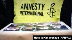 """Представители Международной Амнистии передают петицию в поддержку """"узников Болотной"""" в посольство России в Париже 19 февраля"""