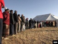 Зимбабве азаматтары сайлауға дауыс беру үшін кезекте тұр. Хараре, 27 маусым 2008 жыл.