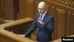 Прем'єр-міністр України Арсеній Яценюк виступає з промовою під час засідання Верховної Ради. Київ, 19 травня 2015 року
