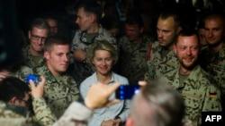 Ursula von der Leyen între soldați germani în Afganistan