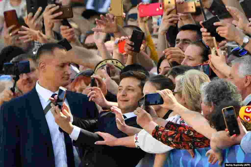 Новоизбранный президент Владимир Зеленский пришел в парламент пешком – через Мариинский парк. Перед инаугурацией он сделал селфи со своими сторонниками