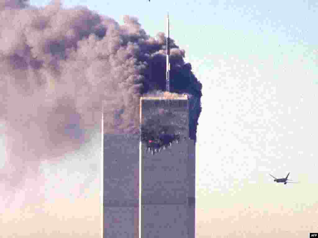 Сагнаны тэрарыстамі пасажырскі самалёт пры атацы на Ўсясьветны гандлёвы цэнтар у Нью-Ёрку, 11 верасьня 2001 году.