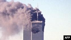 Нью-Йорктегі сауда орталықтарына соғылуға келе жатқан, терроршылар айдап кеткен екінші ұшақ. 11 қыркүйек 2001 жыл.