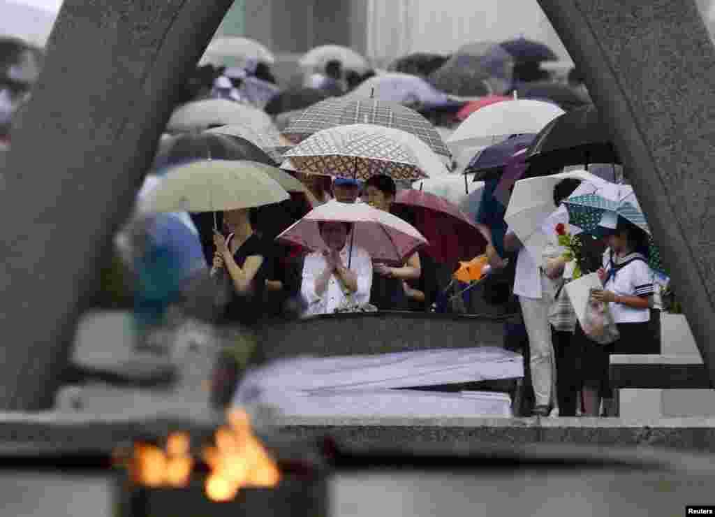 Фотография с прошлогодней памятной церемонии в Мемориальном парке мира в Хиросиме.