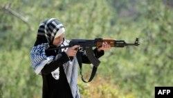 Член повстанческого движения во время военной тренировки в провинции Латакия на севере Сирии, 24 апреля 2013 года.