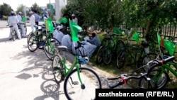 Студенты на велопробеге, Туркменистан (архивное фото)