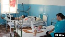 Аурухананың бір бөлмесінде балалар мен ересектер аралас жата береді. Ақтөбе, қараша, 2008 ж.