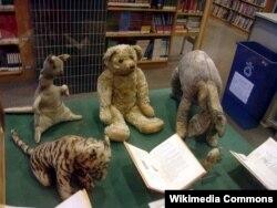 Christopher Robinin gerçək həyatda sahib olduğu oyuncaqlar. 1987-ci il Nyu-York kitabxanası muzeyində sərgilənərkən.