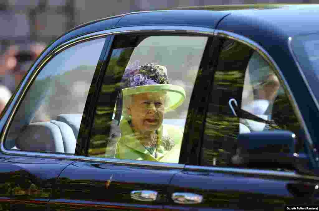 Королева Елизавета II прибывает на свадьбу