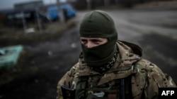 سرباز اوکراینی در جاده منتهی به دبالتسفه