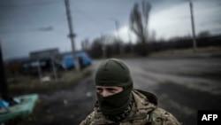 Ukrajinski vojnik na putu između Debaceva i Artemivska koji je pod kontrolom ukrajinskim snaga