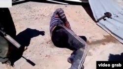 Русскоязычные бойцы бьют молотком мужчину, называя его «игиловцем»