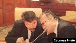 Карганбек Самаков мурдагы президенттин иниси Жаныш Бакиев менен парламентте.