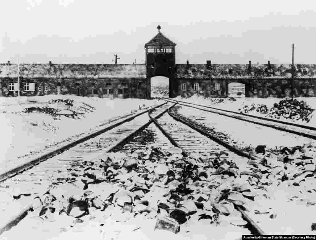 Великі ворота. Фото справа було зроблене в 1945 році відразу після звільнення табору. Відтоді тут нічого не змінилося