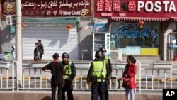 Полицейская проверка местных жителей в Хотане на юге Синьцзяна