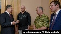 Генеральный прокурор Украины Юрий Луценко (справа) на встрече с президентом Украины Петром Порошенко с участием журналиста Аркадия Бабченко. Киев, 30 мая 2018 года.