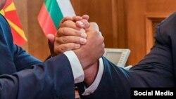 Архивска фотографија- ракување на македонскиот и на бугарскиот премиер Зоран Заев и Бојко Борисов