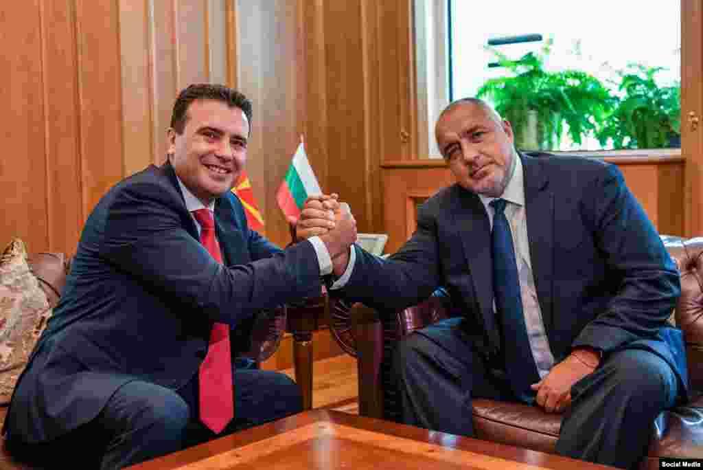 МАКЕДОНИЈА - За две години по потпишувањето на Договорот за добрососедство, завршени се многу работи кои порано беа незамисливи, благодарение на владите во Скопје, Софија и Атина, со кои се отвори перспективата Северна Македонија на паток кон Европа, рече бугарскиот премиер Бојко Борисов на заедничката прес-конференција со премиерот Зоран Заев.