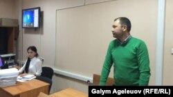 Главный редактор журнала ADAM Аян Шарипбаев (справа) в зале суда в Алматы, 15 октября 2015 года.